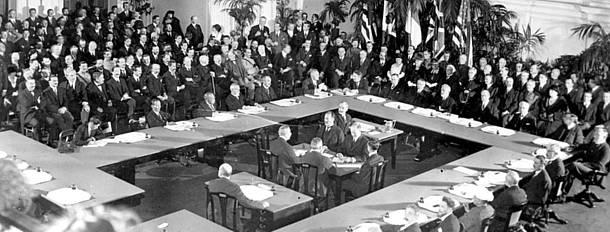 Tratado de Versalhes assinado com severas punições aos alemães.