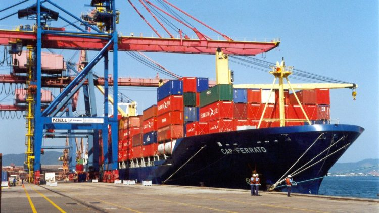 Estudando a Diferença Entre Exportação e Importação
